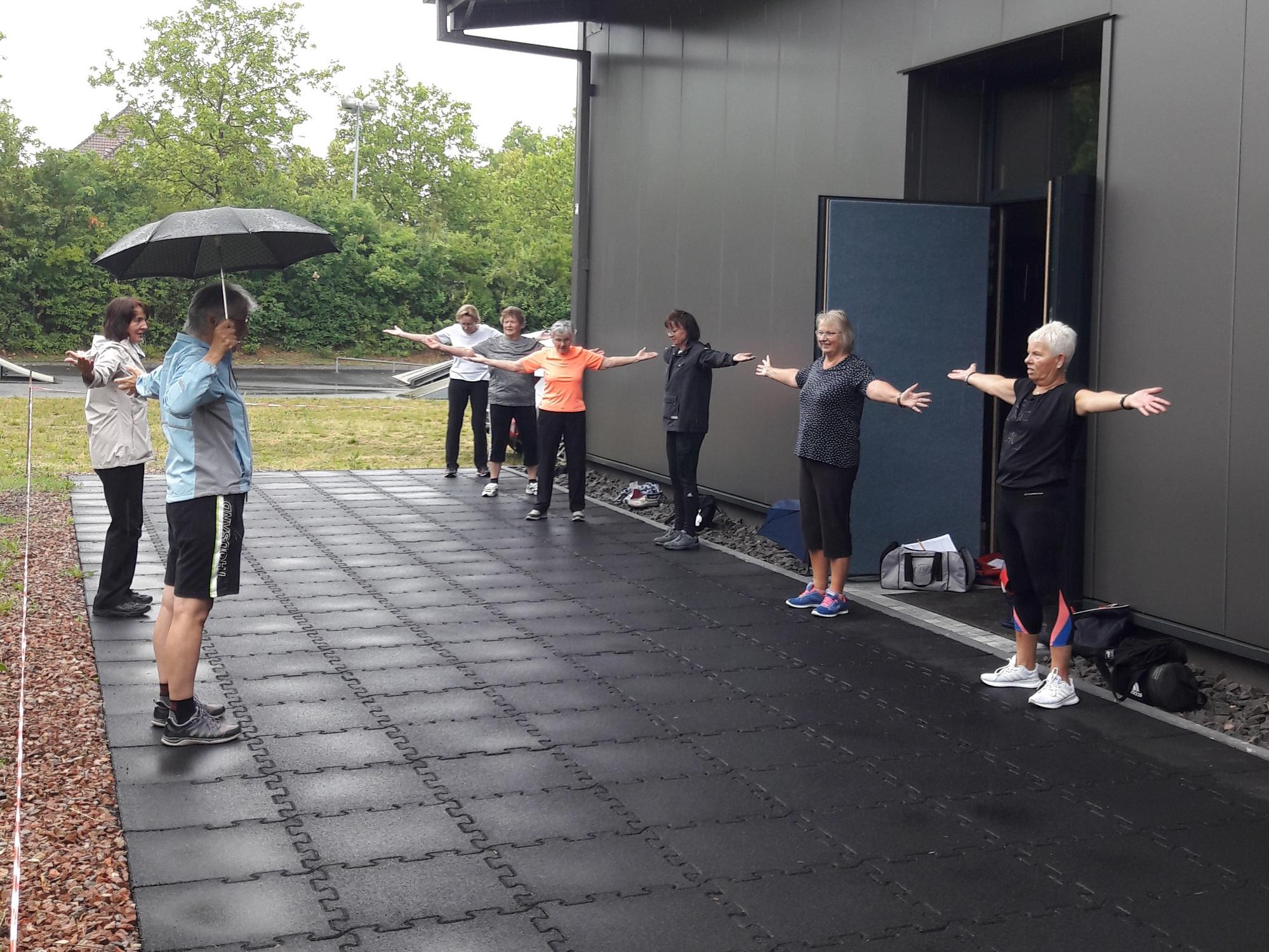 auch draußen auf dem Vereingsgelände möglich: Teilnehmer des Kurses Haltung und Bewegung vom TV Langenlonsheim
